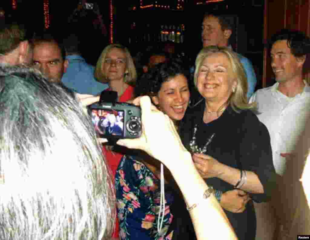 Con tragos y música en un bar de Cartagena, la secretaria de Estado de Estados Unidos, Hillary Clinton, cerró su participación en la VI Cumbre de las Américas.
