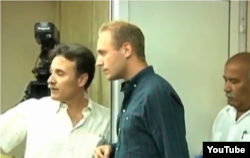 Gustavo Machín, de la Cancillería cubana, da instrucciones al sueco Aaron Modig en su rueda de prensa sobre la muerte de Payá.