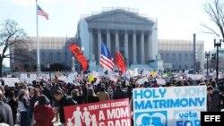 Cientos de personas se congregan hoy frente al edificio de la Corte Suprema de los Estados Unidos en Washington, DC., para presionar a favor de una resolución que avale la constitucionalidad de los matrimonios homosexuales.