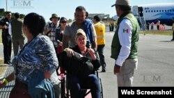 Cubanos llegan al Aeropuerto Internacional de Nuevo Laredo, en México.