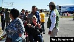 Cubanos arribando al Aeropuerto Internacional de Nuevo Laredo, México.
