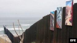 Muro metálico que se clava en el mar para señalar el punto donde termina Latinoamérica, en Playas Tijuana.