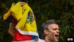 El opositor venezolano Leopoldo López saluda a seguidores tras su salida de la cárcel de Ramo Verde, el pasado 8 de julio.