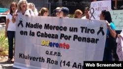 Mujeres protestan frente a las calles de Caracas.