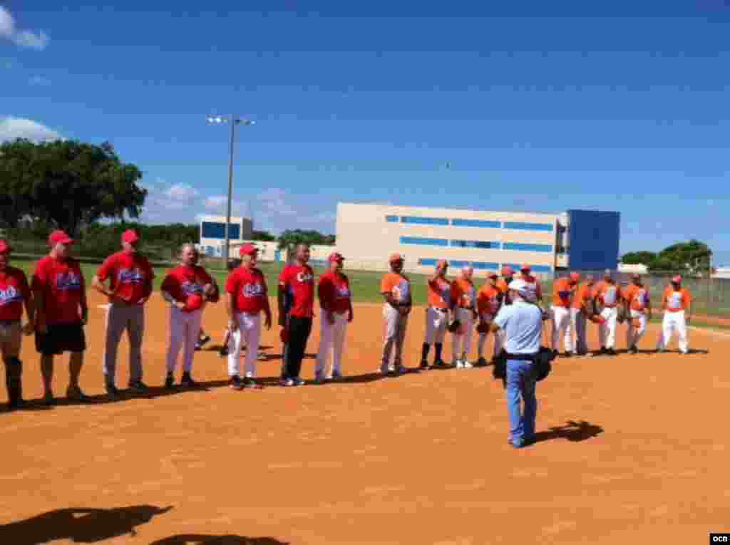 """Presentación de los equipos Cuba Rojo (ganador) y Naranja, antes del inicio del """"Juego del Reencuentro""""."""