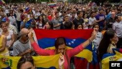 Cientos de personas participan en una manifestación contra Maduro, el 1 de mayo, en Caracas.