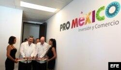 El director general de ProMéxico, Francisco N. González Díaz (i), y el ministro cubano de Comercio Exterior e Inversión Extranjera, Rodrigo Malmierca (d), cortan la cinta durante la inauguración de la oficina de ProMéxico en La Habana.