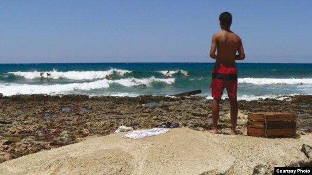 """El principal rompeolas de los surfistas cubanos, en la calle 70 de Miramar, está cuajado de """"dienteperro"""", arrecifes coralinos y erizos."""