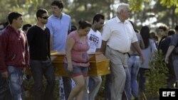 Familiares de las víctimas del incendio ocurrido en la discoteca Kiss de Santa María (Brasil) que causó 231 muertos, asisten a los funerales que se han iniciado hoy 28 de enero de 2013, en el cementerio de Santa Rita, a las afueras de Santa María. EFE/Nec