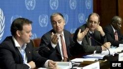 El coordinador del ACNUR para Siria, Panos Moumtzis (centro), ofrece una rueda de prensa junto al director humanitario de Save the Children, Michael Penrose (izda), y el director de Programas de Emergencias de Unicef, Dermot Carty (dcha), en la sede de la