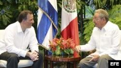 El canciller mexicano, José Antonio Meade es recibido en La Habana por Raúl Castro.