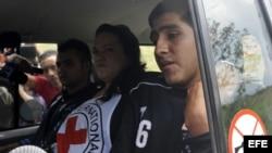 Los dos policías colombianos tras ser liberados por las FARC el viernes pasado.