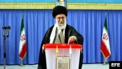 El Ayatolá Ali Khamenei, líder supremo de Irán, estuvo entre los primeros en votar este viernes.