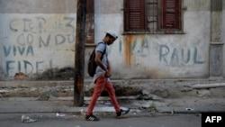 Un hombre camina por las calles de La Habana tras el nombramiento de Díaz-Canel como sucesor de Castro.