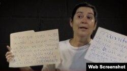La Dama de Blanco Daisy Artiles muestra los carteles con amenazas directas que aparecieron frente a su vivienda.