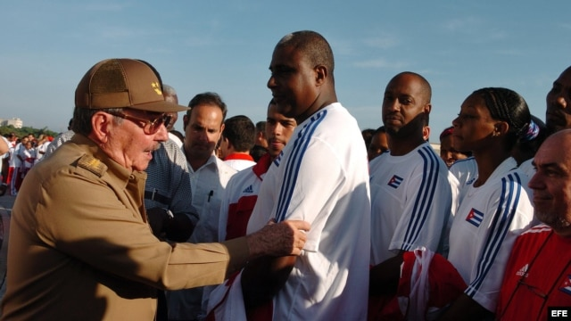 ARCHIVO. Raúl Castro habla con deportistas cubanos