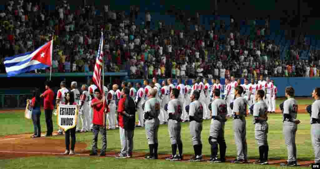 Los equipos de Cuba y Estados Unidos escuchan los himnos de ambos países hoy, jueves 05 de julio de 2012, en el estadio Latinoamericano en La Habana (Cuba), durante el primer juego del tope Cuba-Estados Unidos que se celebrará por cinco días. Cuba y Esta