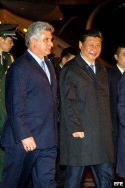 Xi Jinping (d), a su llegada al aeropuerto José Martí de La Habana (Cuba)