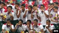 Los jugadores de México celebran su medalla de oro en el torneo olímpico de fútbol tras ganar la final a Brasil.