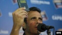 Henrique Capriles, habla durante una rueda de prensa en Caracas (Venezuela), donde aceptó el anuncio realizado por el Consejo Nacional Electoral venezolano (CNE) de auditar el 100 % de los votos de las elecciones.