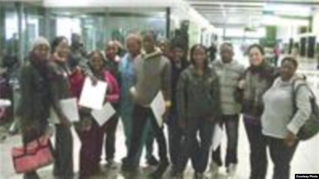 Estudiantes de medicina sudafricanos antes de viajar a Cuba (Archivo)