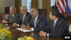 El presidente de Estados Unidos, Barack Obama (c), junto a los mandatarios de El Salvador, Salvador Sánchez (i); de Guatemala, Otto Pérez Molina (2 i); y de Honduras, Juan Orlando Hernández (d).