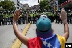 Manifestantes opositores se enfrentan con la Policía Nacional Bolivariana en Caracas.