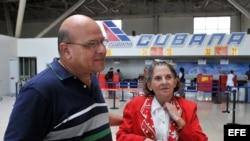 Dagoberto Valdés despidiendo en el 2009 a la Dr. Hilda Molina