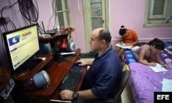 Un hombre se conecta a internet en su casa en La Habana