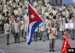 El atleta Mijain López encabeza la delegación de Cuba durante el desfile de la ceremonia de inauguración de los Juegos Olímpicos celebrado hoy, 8 de agosto de 2008, en el Estadio Nacional, también conocido como el Nido de Pájaro, en Pekín (China), y en lo