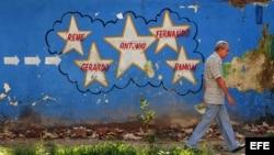 """Un mural alusivo a los cinco cubanos condenados en Estados Unidos por integrar la red de espionaje """"Avispa""""."""