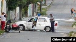 Vigilancia en los alrededores de la sede de las Damas de Blanco, en Lawton, La Habana. Foto: Angel Moya