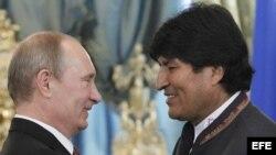 El presidente ruso, Vladímir Putin (i), saluda a su homólogo boliviano, Evo Morales, durante su encuentro en el Kremlin, Moscú (Rusia), el 2 de julio de 2013.