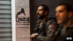 """Vista de un grafiti en el que se lee """"Arma blanca, rebelión en Jerusalén"""" ."""