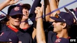 Fotografía de archivo. El equipo de beisbol de Estados Unidos celebra su victoria en la final de la Semana del Béisbol, en Haarlem, Holanda el domingo 13 de julio de 2008.