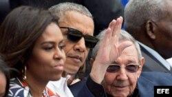 (i-d) La primera dama estadounidense, Michelle Obama; el presidente de Estados Unidos, Barack Obama y el gobernante de Cuba, Raúl Castro.