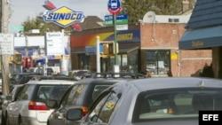 """Vista de una fila de autos cerca de una gasolinera el 1 de noviembre de 2012, en City Island, Nueva York, a 3 días del paso de """"Sandy""""."""