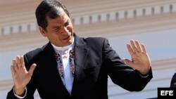 El editorial destaca que el autoritario presidente de Ecuador, Rafael Correa, persigue implacable y abiertamente a todo medio o periodista que disienta de sus opiniones.