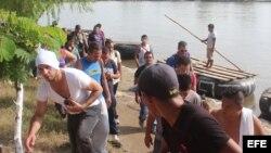 Decenas de migrantes cubanos cruzan el río Suchiate, en la frontera de México con Guatemala. EFE