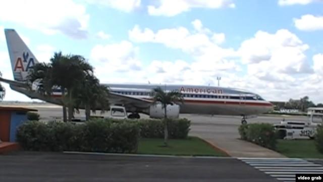Un Boeing 737 de American espera en la Terminal 2 del aeropuerto