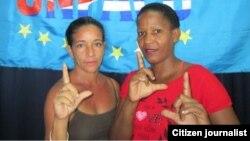 Sonia de la Caridad González Mejías (Iz) junto a activista Melkis Faure Hechevarría. Cortesía ReportaCuba.