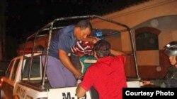 Cubanos detenidos en Guayaramerín, Bolivia, son conducidos por la Fuerza Especial de Lucha Contra el Crimen (El Mundo)