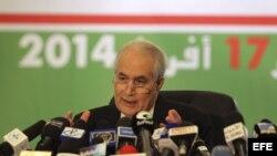 El ministro de Interior argelino, Tayeb Belaize, anuncia ante la prensa los resultados de las elecciones presidenciales argelinas, celebradas ayer, en Argel, Argelia.