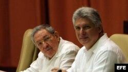 Raúl Castro (i), y el primer vicepresidente cubano, Miguel Díaz-Canel (d),