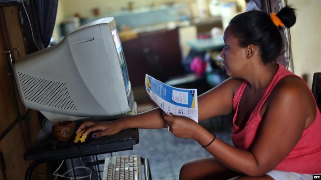 Una mujer intenta conectarse a internet en su casa, en La Habana Vieja, Cuba.