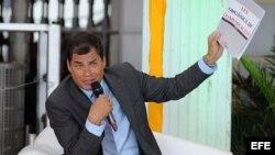 """El presidente de Ecuador, Rafael Corea, arremetió contra la prensa que actúa en favor de """"los intereses del gran capital"""", y defendió la democratización de la propiedad de los medios durante una charla magistral en la """"Primera cumbre para un periodismo re"""