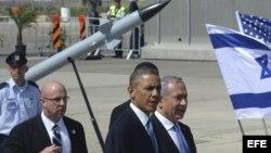 Barack Obama (c), y el primer ministro israelí, Benjamin Netanyahu (d), visitan el sistema antimisiles Iron Dome en el aeropuerto de Ben Gurion, cerca de Tel Aviv, Israel.