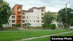 """El pueblo llama a estos condominios para miembros del Ministerio del Interior, los """"Meliá-Minint"""" (foto Augusto San Martín)"""