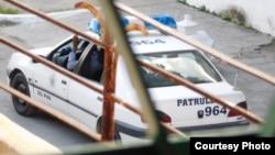 Auto patrulla apostado frente a la casa sede de las Damas de Blanco en La Habana el día 1ro de enro de 2016. Foto cortesía de Ángel Moya Acosta.