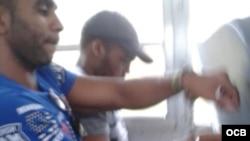 El migrante cubano Luis Cordero muestra como son trasladados a Colombia los cubanos deportados de Panamá.
